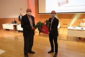 Alexander Vogelgsang bekommt Abschiedsgeschenk von Oberbürgermeister Stefan Belz